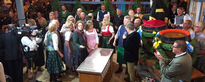 Dieter Reiter zapft im Schottenhamel an Oktoberfest 2016