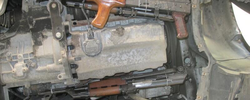 © Die Waffen im Motorraum des Angeklagten - Foto: Polizei
