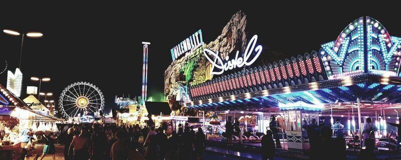 Das Oktoberfest 2016 bei Nacht.