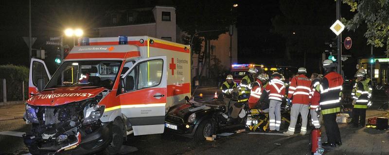 Der Unfall zwischen einem Rettungswagen und einem PKW., © Foto: Berufsfeuerwehr München