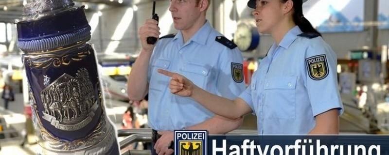 Zwei Streifenbeamte der Bundespolizei sowie der gestohlene Maßkrug, © Bundespolizei