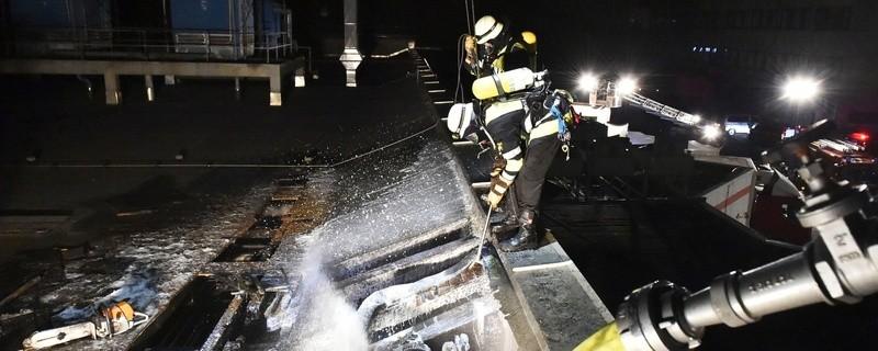 Feuerwehr löscht Brand auf dem Dach, © Foto der Berufsfeuerwehr München