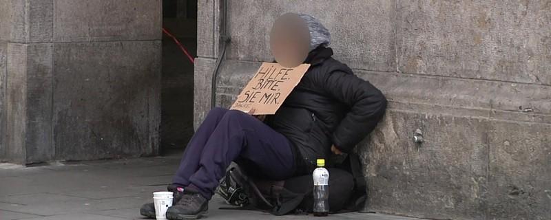 Ein Mann beim Betteln in München