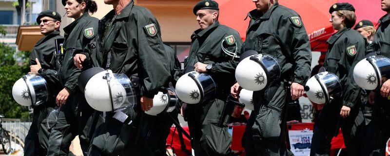 Polizisten bei einer Demo, © Symbolfoto -