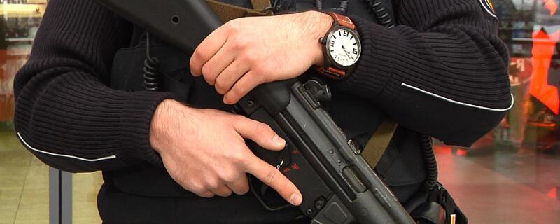 schwer bewaffneter Polizist mit Maschinenpistole, © Symbolfoto