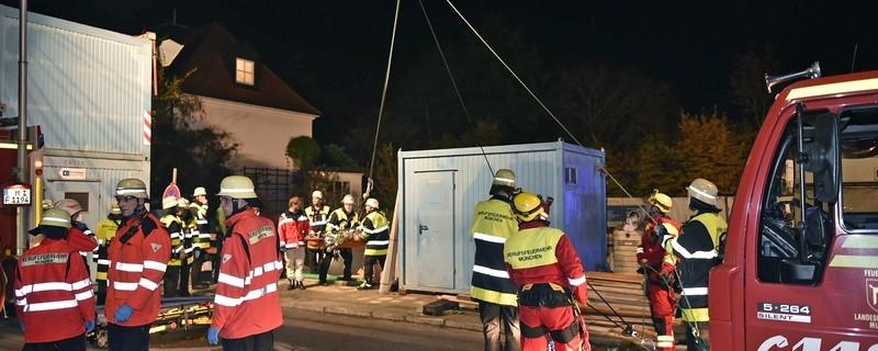 Die Feuerwehr rettet den Verletzten aus der Baugrube., © Foto: Berufsfeuerwehr München