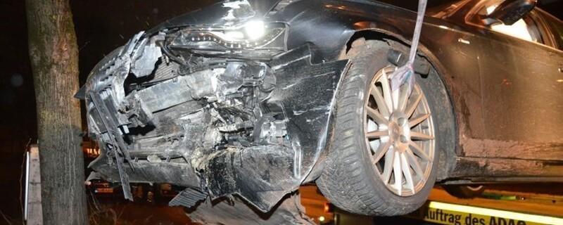 Der zerstörte Wagen nach der Alkoholfahrt durch München., © Foto: Polizei