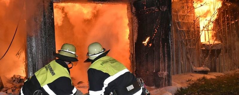 Die Feuerwehr kann nur noch ein Übergreifen der Flammen verhindern., © Foto: Berufsfeuerwehr München