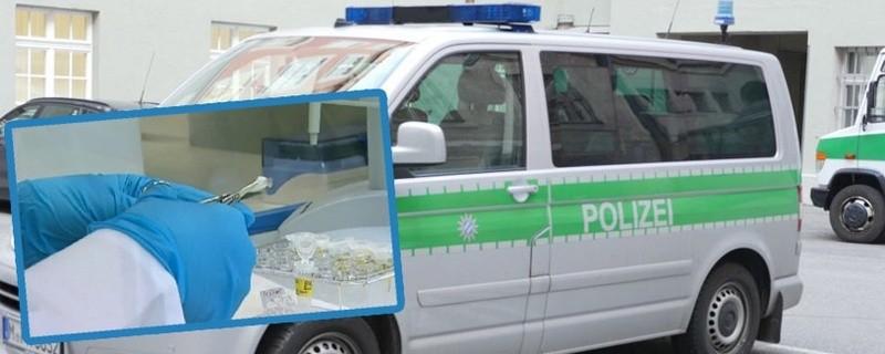 Ein Symbolfoto einer DNA-Probe und ein Polizeifahrzeug im Hintergrund., © Polizei nimmt Speichelproben in Egmating