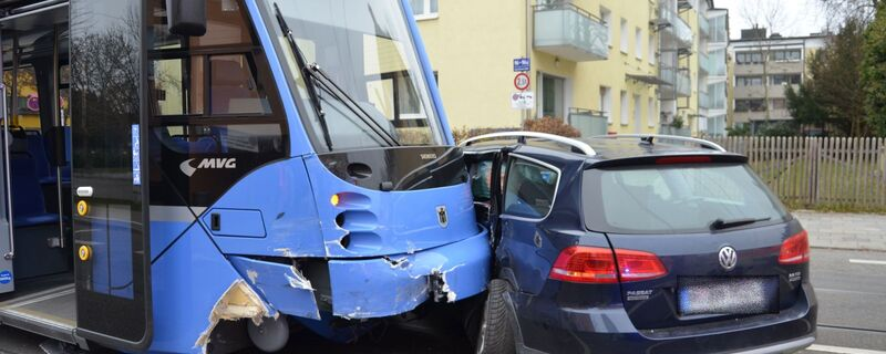 Die Fahrerin des PKW übersah die Tram-Bahn beim Abbiegen., © Foto: Polizei