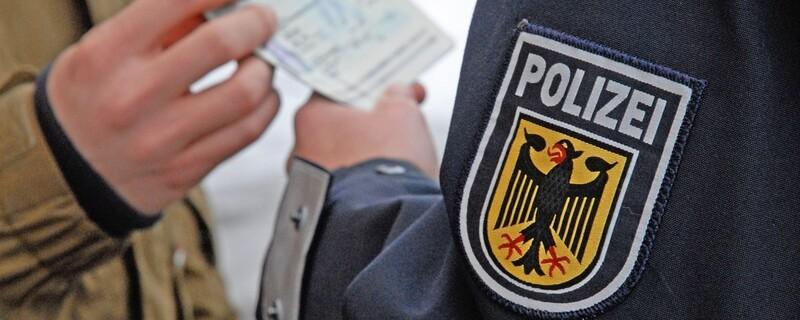 Täglich decken Bundespolizisten deutschlandweit Schleusungen von Menschen aus aller Herren Länder auf. Auch am Münchner Flughafen ziehen Bundespolizisten fast täglich Reisende aus dem Verkehr, die versuchen, unerlaubt an ihr Ziel zu kommen. , © Symbolbild Bundespolizei