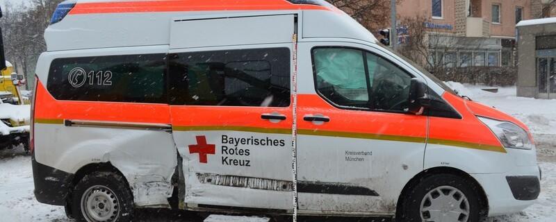 Der zerstörte Rettungswagen nach einem Unfall in Laim., © Foto: Polizei München