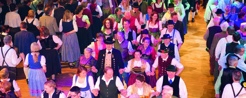 Tanzende Leute am Oide Wiesn Bürgerball im Deutschen theater, © Münchner Festring