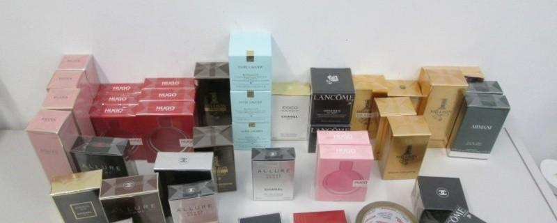 Schmugglerare Kosmetika und Parfüm auf tisch, © Polizei München
