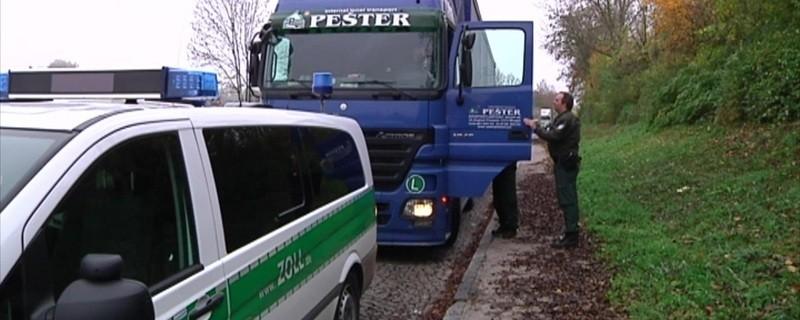 Schleierfahndung in Oberbayern. Polizei kontrolliert einen LKW.