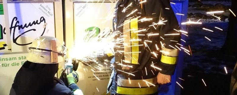 Germeringer Feuerwehrmänner  flexen Tür von Altkleidercontainer auf - darin befand sich ein wohnungsloser Rumäne.., © Germeringer Feuerwehrmänner  flexen Tür von Kleidercontainer auf.