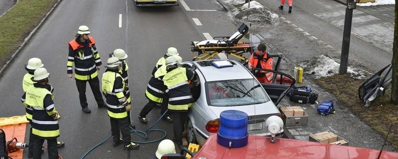 Nach einem Verkehrsunfall in Waldtrudering musste eine Frau aus ihrem Auto geborgen werden. , © Foto: Branddirektion München