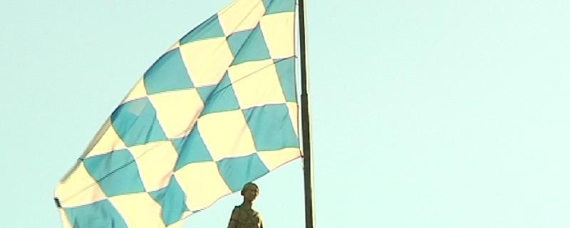 Die bayerische Flagge über dem Landtag