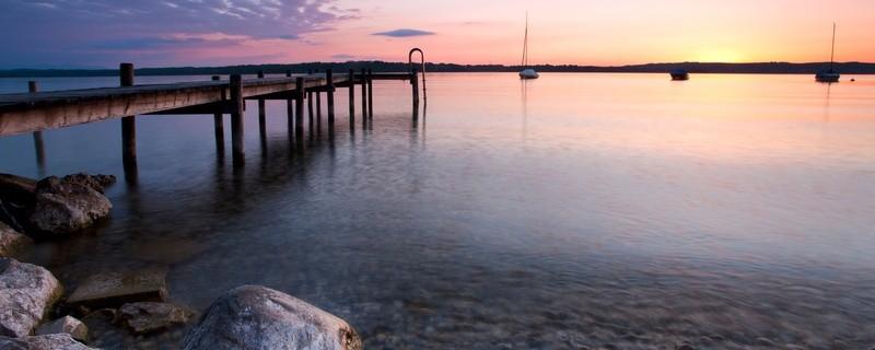 © Sonnenuntergang am Starnberger See. Das kann am Ende einer der umliegenden Wanderwege erlebt werden.