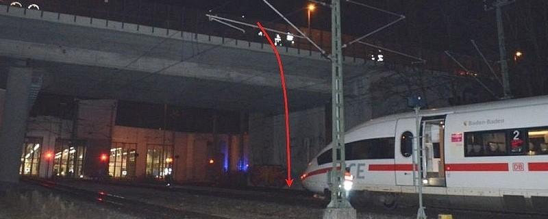 Ein betrunkener 23-Jähriger kletterte über die Brüstung und stürzte auf die Gleise - vor einen ICE-Zug., © Hier stürzte der 23-Jährige von der Brücke. Foto: Polizei