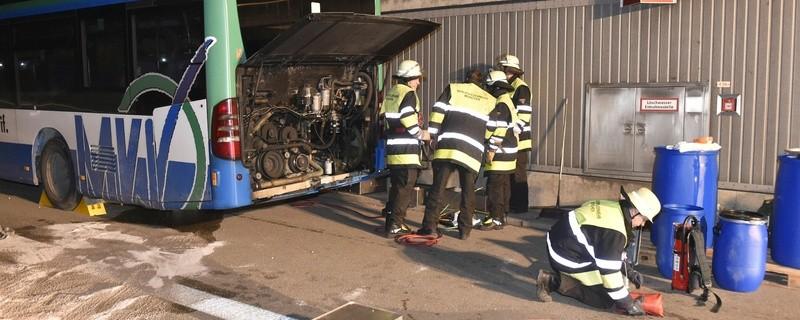 Ein Bus hat Kraftstoff auf der Autobahn verloren., © Foto: Berufsfeuerwehr München