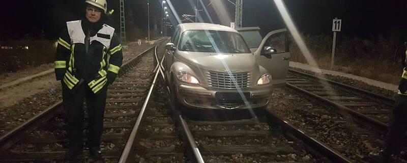 Ein verwirrter Mann ist mit seinem Auto auf den Gleisen gefahren., © Foto: Feuerwehr Weilheim