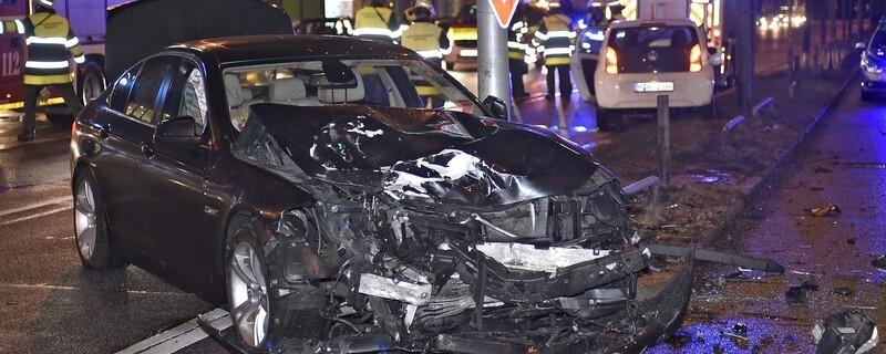 Ein schwarzer BMW stieß beim Abbiegen frontal mit einem VW zusammen, © Foto der Berufsfeuerwehr München