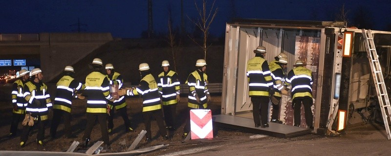 Der umgekippte Kühllaster auf der A99, © Foto: Berufsfeuerwehr München