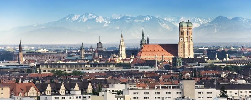 Skyline von München mit Frauenkirche und Alpen im Hintergrund, © iStock-Foto