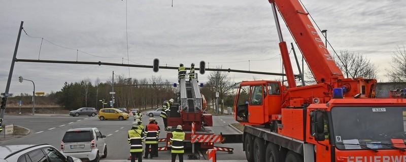 Heute musste die Feuerwehr eine beschädigte Ampelanlage abbauen. Am Vortag war ein LKW mit ihr kollidiert., © Foto: Berufsfeuerwehr München