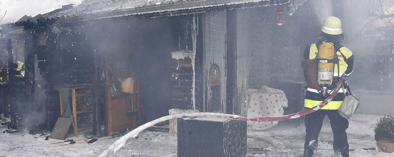 Ein Feuerwehrmann löscht das Gartenhaus im Olympiapark, © Rechte: Kreisverwaltungsreferat Branddirektionsstelle