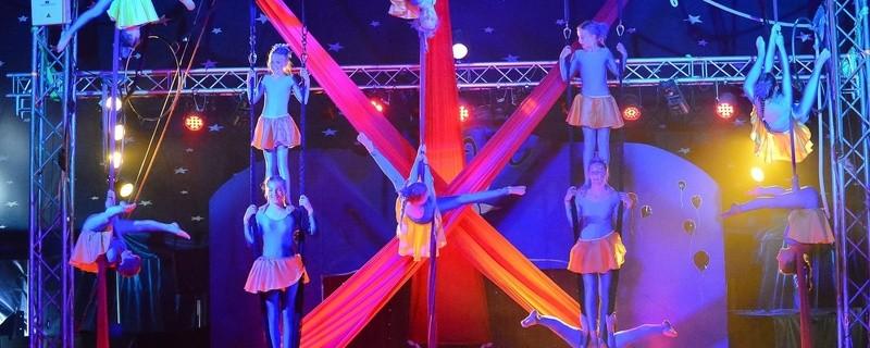Vertikaltuch bei der Lilalu-Show, © Foto: Matthias Otto