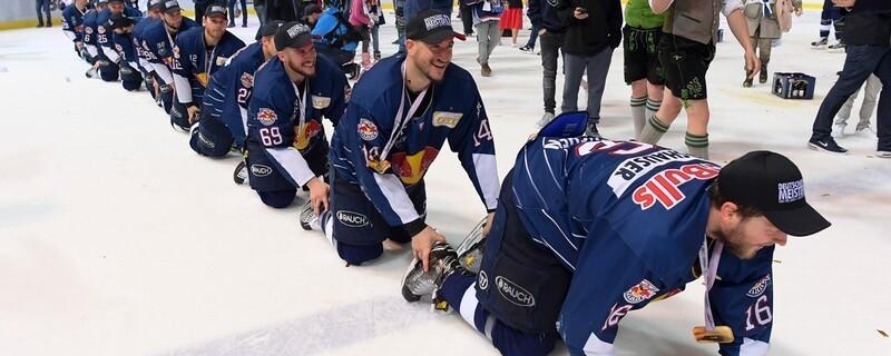 Die Eishockey-Spieler des EHC Red Bull München feier die zweite Meisterschaft in Folge