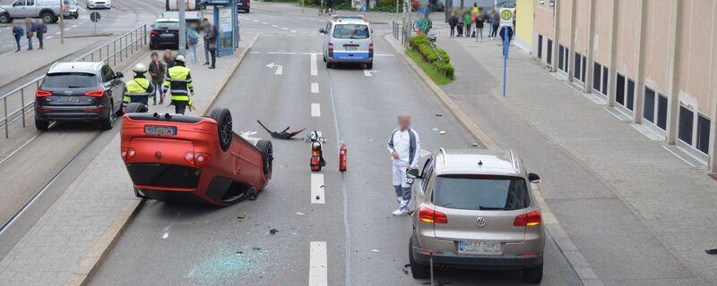 © Auto überschlägt sich auf der Ohlmüllerstraße