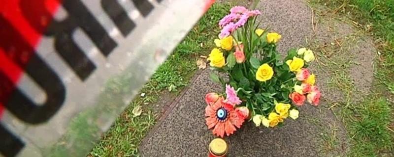 Blumenstrauß steht unter Absperrband der Polizei, © Tödlicher Motorradunfall (Symbolbild)