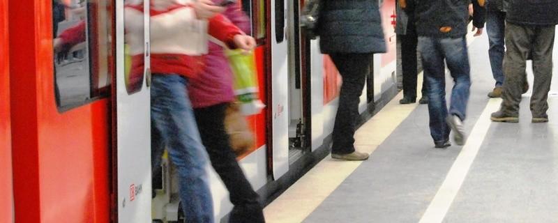 Fahrgäste beim Einsteigen in eine S-Bahn. , © Foto: Bundespolizei