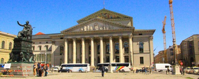 Der Max-Joseph-Platz vor der Bayerischen Staatsoper