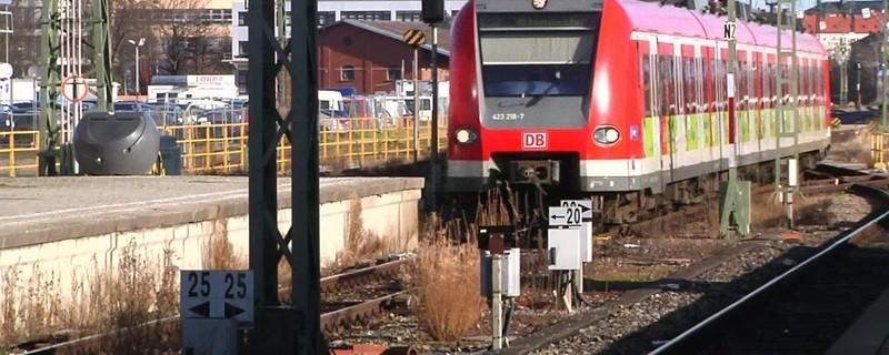 S-Bahn, die in Bahnhof einfährt., © Symbolfoto