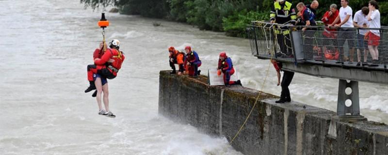 Schlauchbootfahrer, die aus der Isar gerettet werden, © Symbolfoto