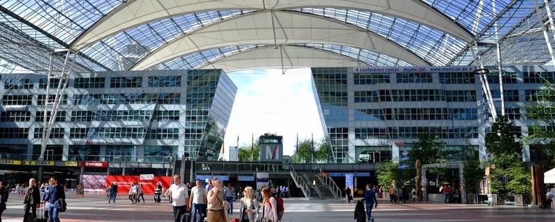Feier des Jubiläums, © Der Flughafen in München wird dieses Jahr 25 Jahre alt, was mit einer großen Feier gebührend zelebriert wurde. Bildquelle: Savvapanf Photo – 320691311 / Shutterstock.com