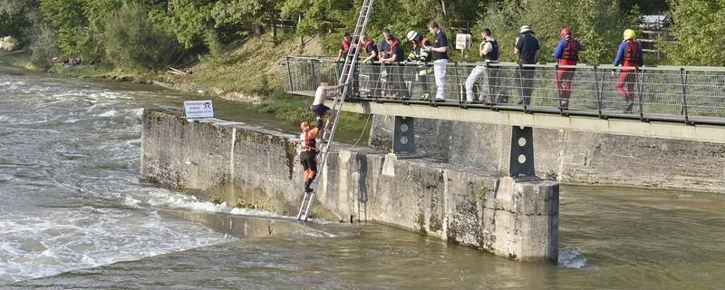 Feuerwehr rettet Mann aus der Isar, © Feuerwehr München