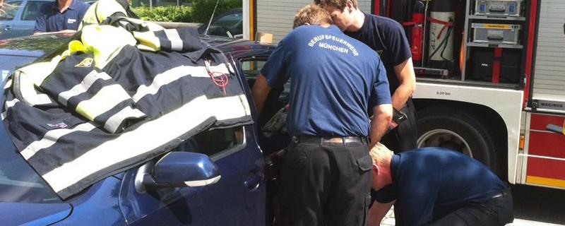 © Hier öffnet die Feuerwehr eine Autoscheibe - Symbolfoto