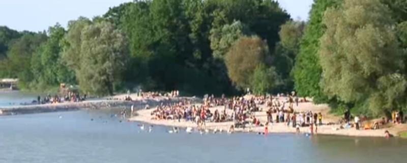 Viele Menschen baden am Flussufer, © Der Flaucher an der Münchner Isar