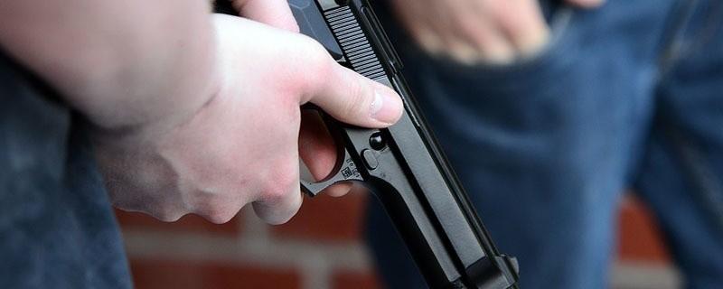 Ein Polizist gibt mit seiner Pistole einen Warnschuss ab, © Symbolfoto