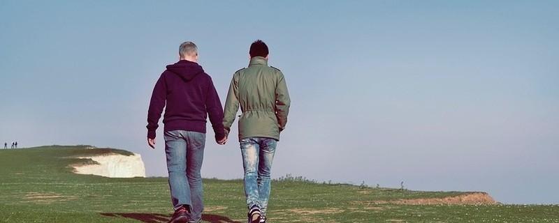 Zwei Männer halten Händchen, © Symbolfoto