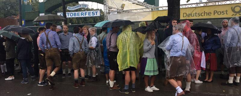 Schon früh am Morgen warten hunderte Besucher vor der Wiesn, © Diesmal warten die Oktoberfest-Gäste nicht vor den Zelten, sondern der Theresienwiese.