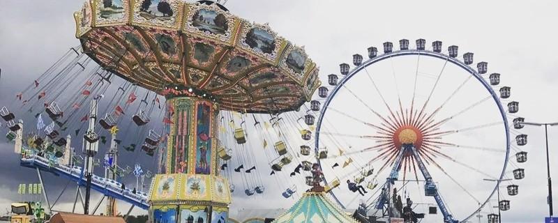 Familientag auf dem Oktoberfest - Riesenrad und Kettenkarusell