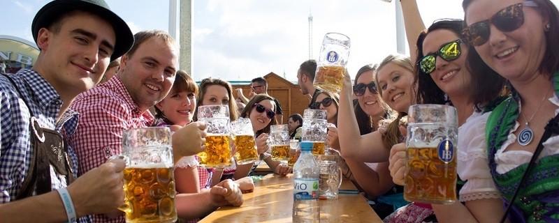 mass bier trinken wiesn oktoberfest