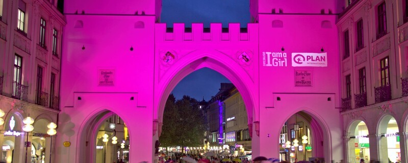 Karlstor in München erstrahlt in Pink, © © Plan International