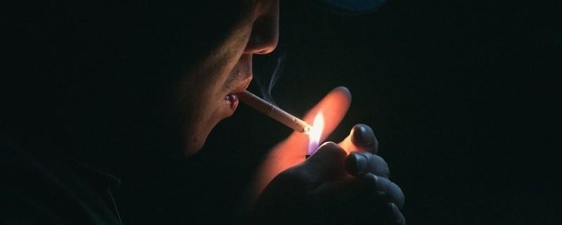 Mann raucht Zigarette, © Symbolfoto